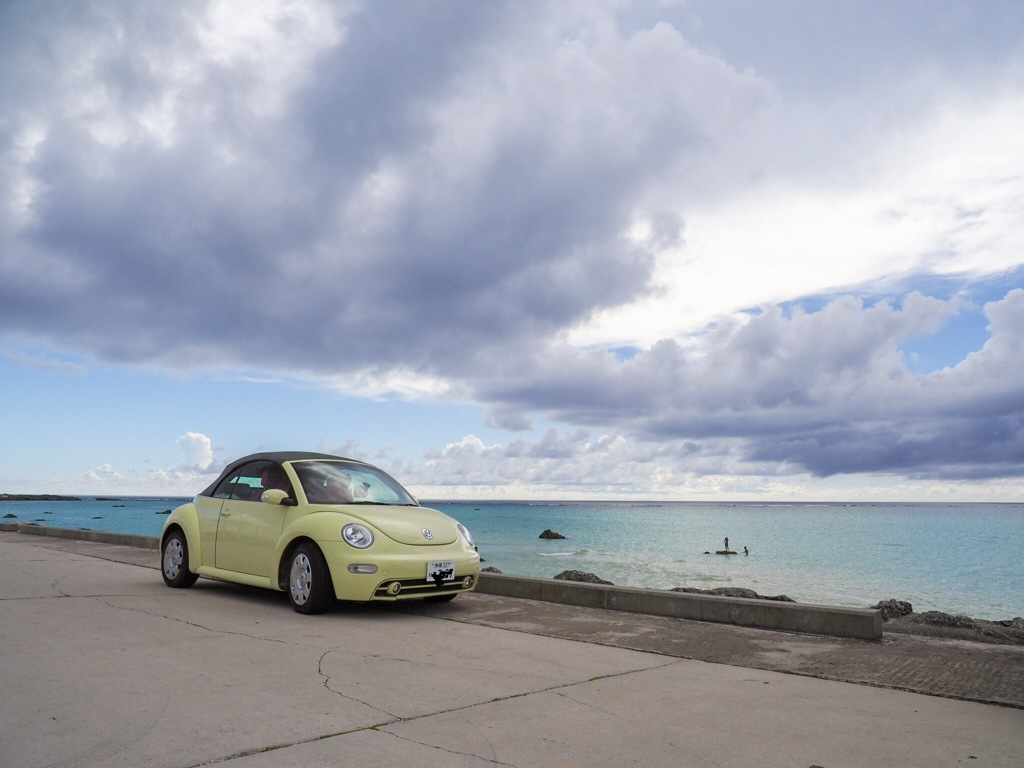 黄色い車と海