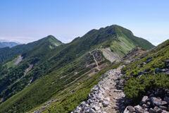 爺ヶ岳南峰から中峰