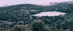 白駒池と流れる雲