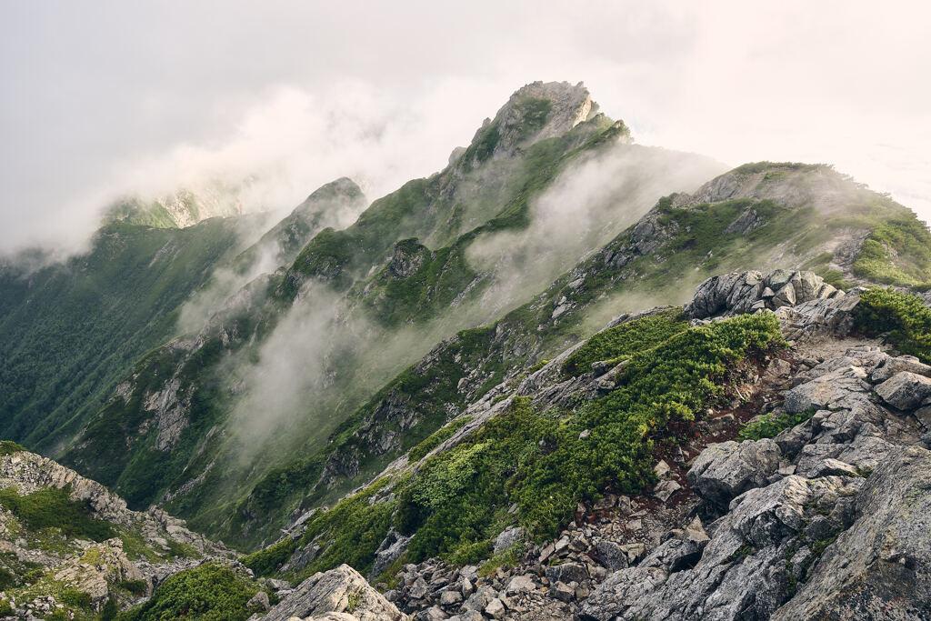 雲を割く山々