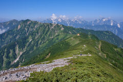 爺ヶ岳の長い稜線