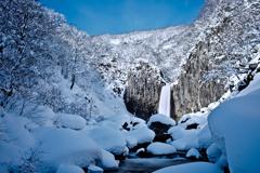 青空と雪と滝と