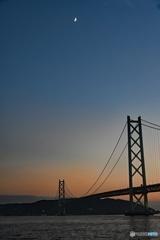 明石大橋と月