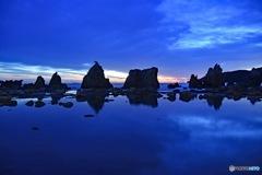 朝日を待つ橋杭岩
