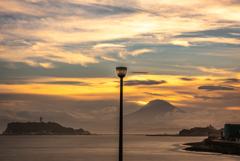 山島を照らす