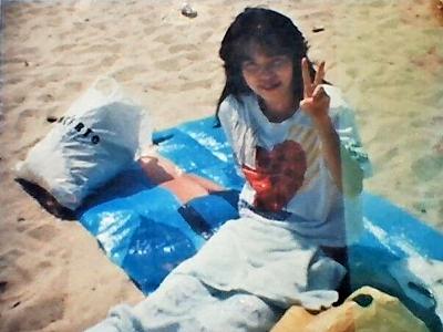 砂浜と八月の光を弾く青いビニールシート
