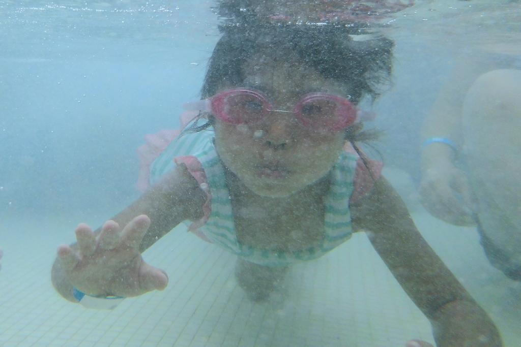 プールで潜り2