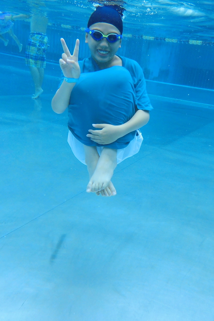 プールで潜り