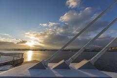 海とワイヤーと朝日