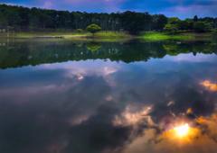 湖畔の夕暮れ