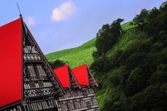 トンガリ屋根とグリーンのスキー場