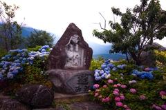 道祖神を囲む紫陽花