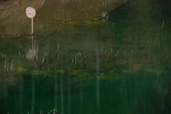 ダム湖に沈んでいたカーブミラー