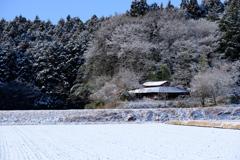 雪化粧の納屋