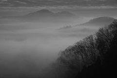 霧に包まれる山里