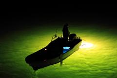 水面に輝く集魚灯