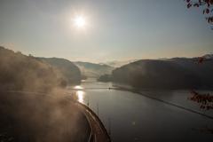 朝靄の中のダム湖