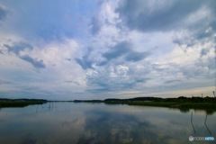 雲を映す湖面