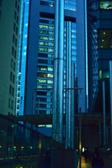 暮れる街と鉄柱
