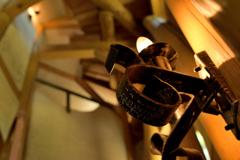 燭台が吹き抜けの階段を灯す