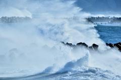 テトラに砕ける冬波