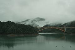 ダム湖雨情