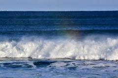 波にかかる虹