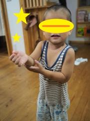 2歳のポーズ写真、室内にて