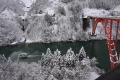 赤い橋と船と雪