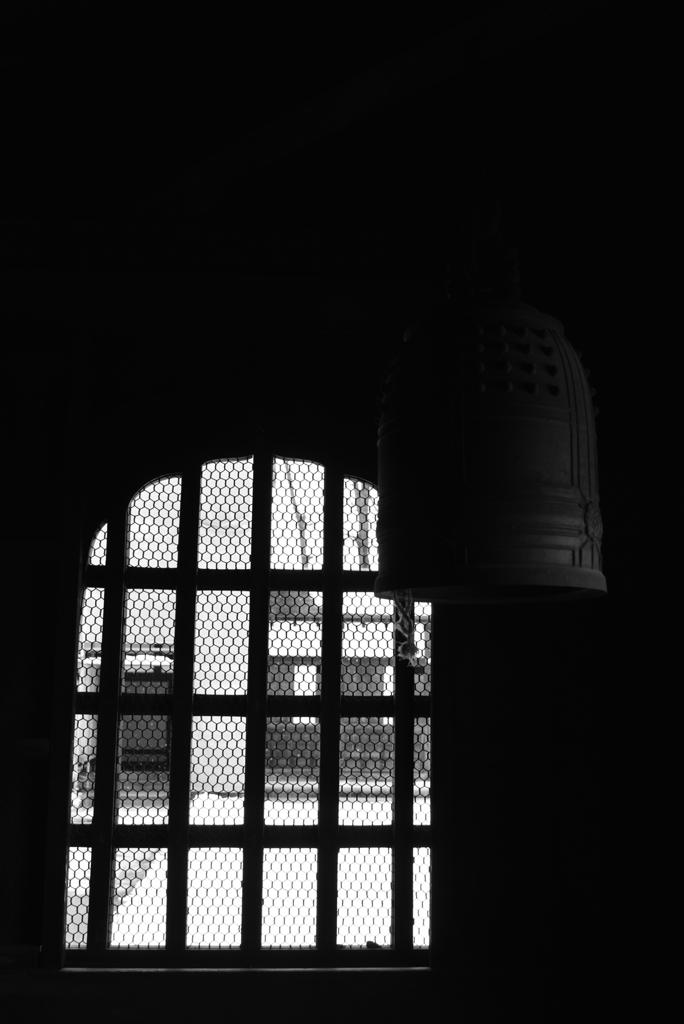 仏殿の窓と釣鐘